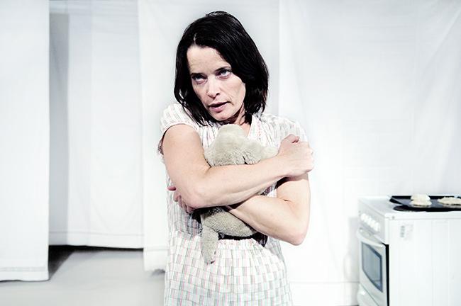 """Carina Jingrot som """"Signe"""" i Pissungen av Peter Kihlgård, Teater Barbara"""